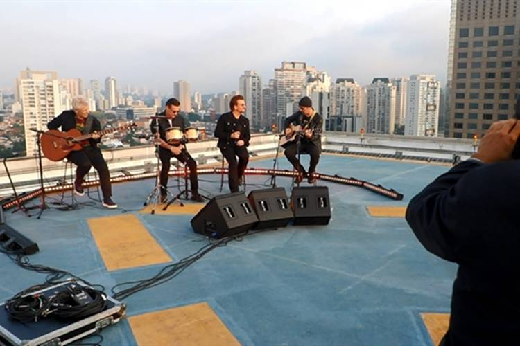U2 faz pocket show (Globo/ Felipe Martini)