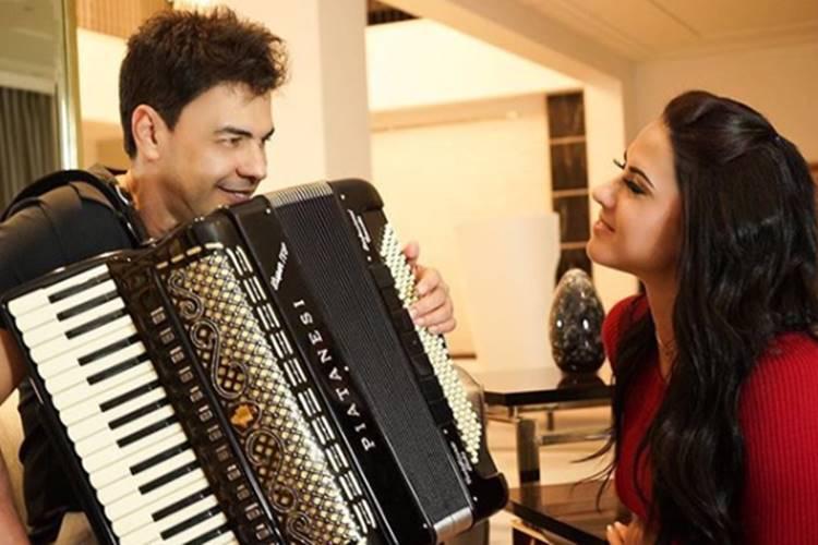 Zezé Di Camargo faz serenata para Graciele, após passagem por hospital