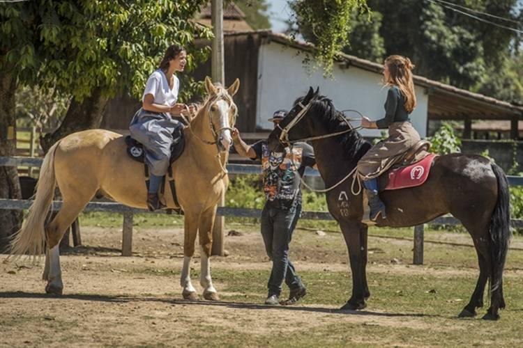 Bruna Marquezine e Marina Ruy Barbosa fazem aula de hipismo para novela
