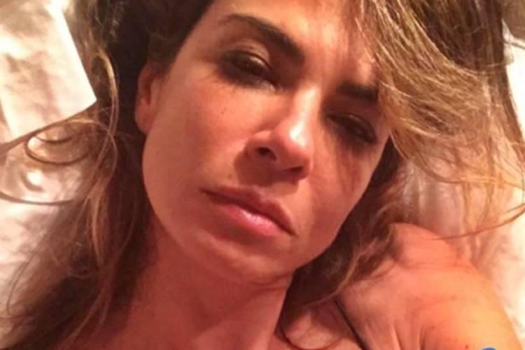 Luciana Gimenez posa abatida no hospital após cancelar gravações do programa