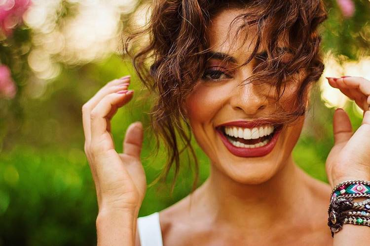 Juliana Paes treina agachamento com o filho nos ombros: