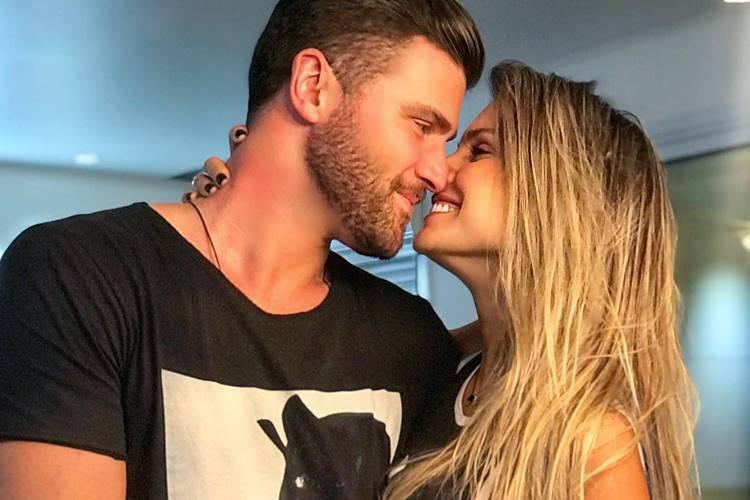 Flávia Viana e Marcelo ié ié trocam declarações românticas