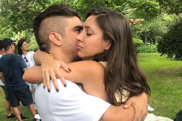Caio Castro posta primeira foto com namorada e se declara na web