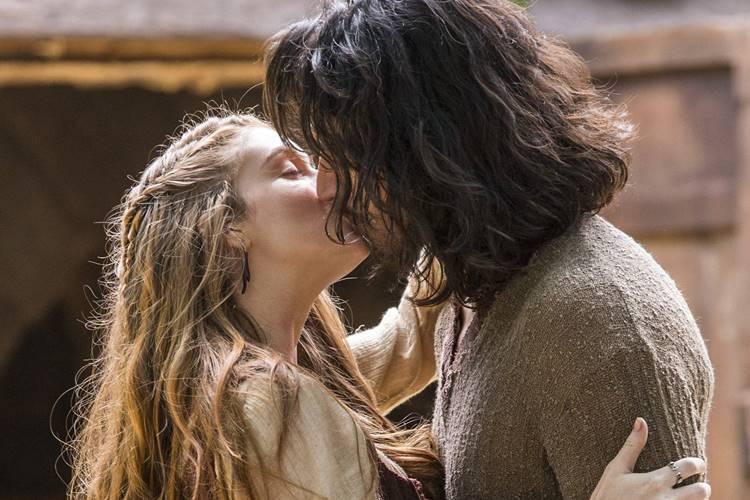 Deus Salve o Rei - Amália e Afonso se beijam (Globo/Marília Cabral)