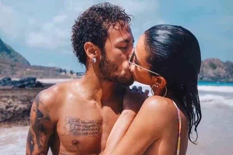 Marquezine e Neymar protagonizam beijão com 'mão boba' em Noronha