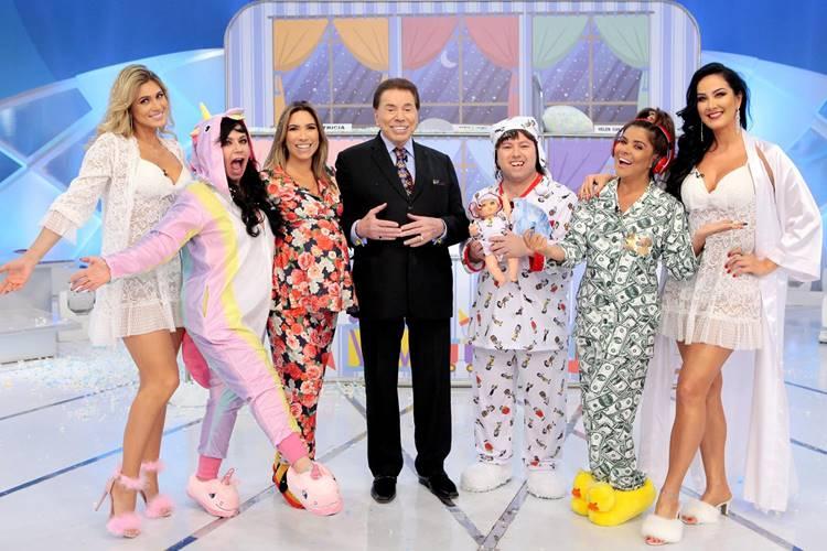 Silvio Santos com elenco do Jogo dos Pontinhos (Lourival Ribeiro/SBT)