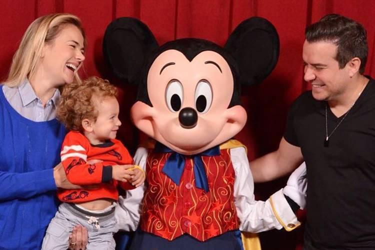 Thais Pacholek publica click fofo das férias na Disney com o marido e filho