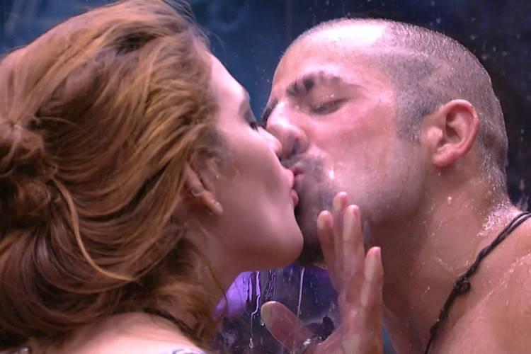 BBB18: Ana Clara e Kaysar dão 'beijo' no banheiro