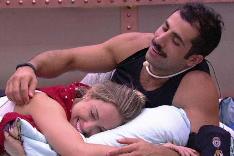 BBB18: Jéssica chama Kaysar para dormir com ela
