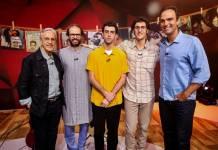 Tadeu Schmidt recebe Caetano Veloso e os filhos Moreno, Zeca e Tom (Globo/ Felipe Martini)