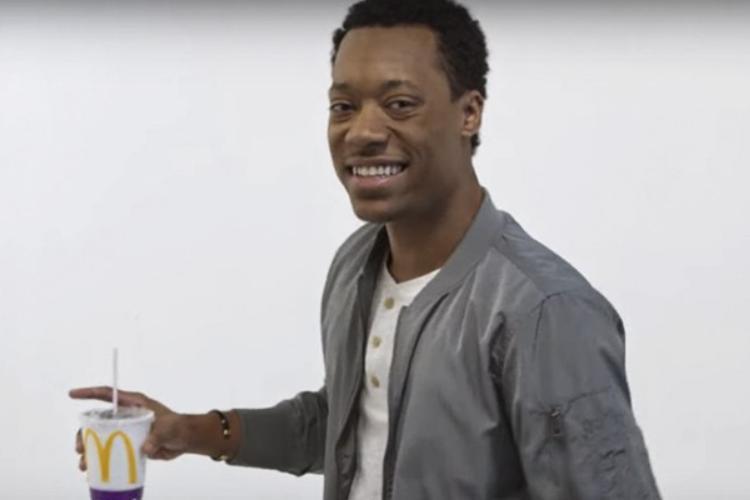 Tyler James Williams brinca com brasileiros em novo comercial