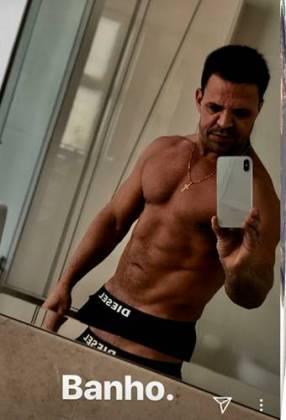 Eduardo Costa mostra barriga sarada/Instagram