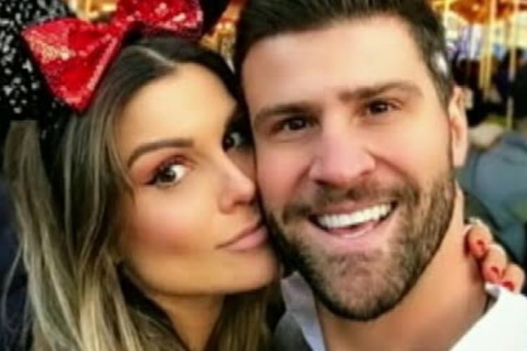 Flávia Viana aparece em clima de romance com o namorado