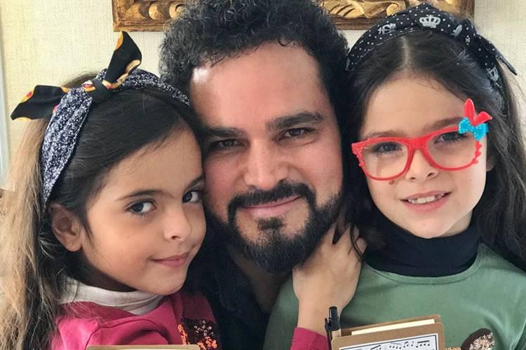 Luciano Camargo volta de viagem e emociona ao surpreender as filhas; Assista
