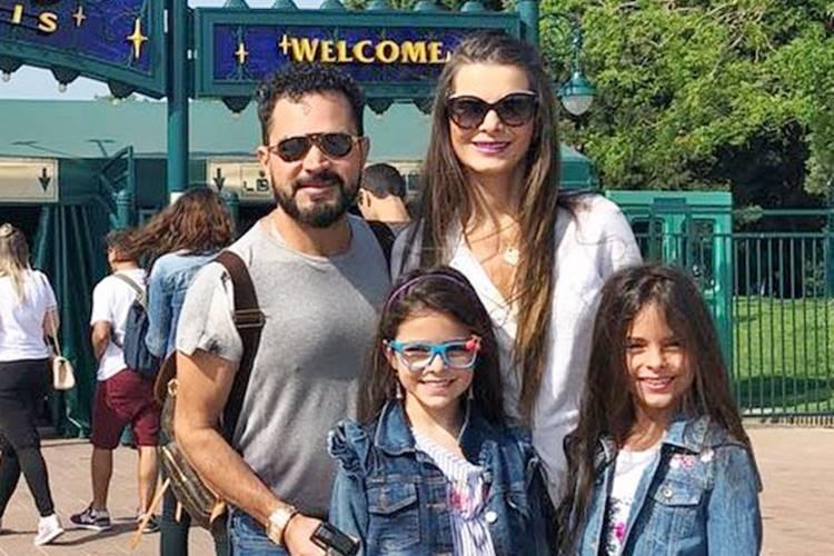 Luciano Camargo se despede de Paris ao lado da mulher e das filhas – Veja fotos!