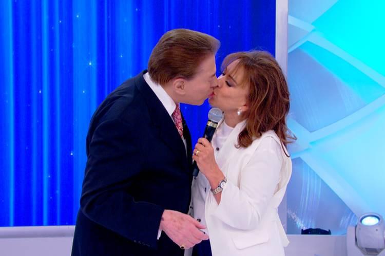 Silvio Santos beija Iris Abravanel (Lourival Ribeiro/SBT)