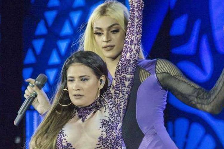 Pabllo Vittar dá beijo em Simone durante show