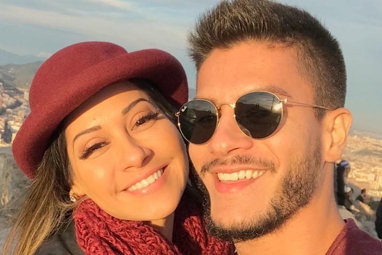 Arthur Aguiar comemora um ano junto com Mayra Cardi e faz declaração apaixonada