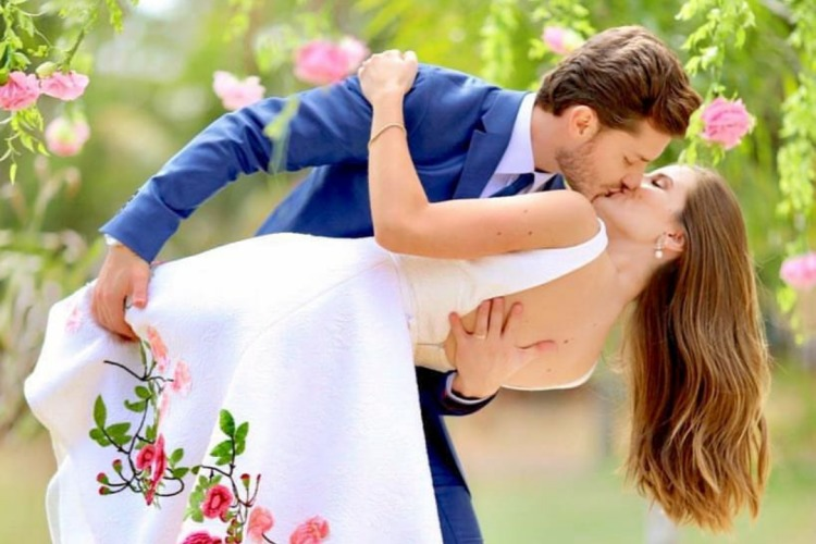 Isabelle Drummond celebra casamento de Klebber Toledo e Camila Queiroz