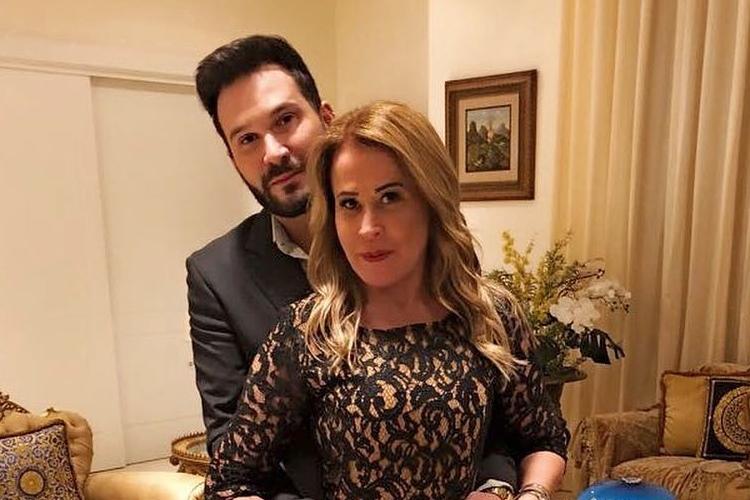 Zilu Godoi exibe anel de brilhantes que ganhou em Dia dos Namorados