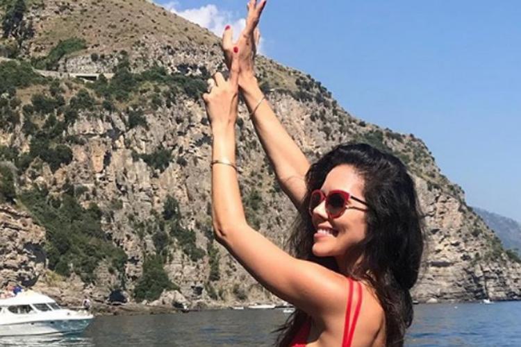 Daniela Albuquerque aparece em foto com maiô cavado – Confira!