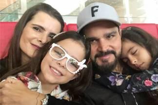 Luciano Camargo com Flavia e as filhas/Instagram