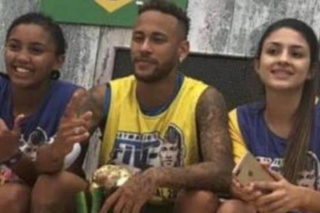 Neymar ao lado das jogadoras femininas - Reprodução/Instagram