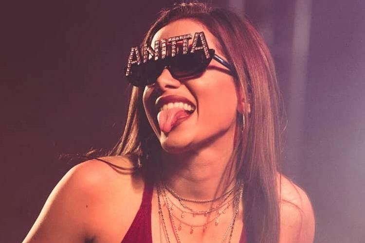 Solteira, Anitta é beijada no palco por cantor no Prêmio Multishow 2018