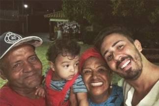 Carlinhos Maia ao lado dos pais - Reprodução/Instagram