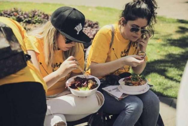 Marília Mendonça e equipe comendo quentinha nas ruas de Goiânia (Divulgação/Reprodução/LeoDias)