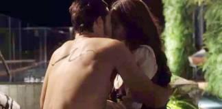 O Tempo Não Para - Samuca e Marocas se beijam (Reprodução/TV Globo)