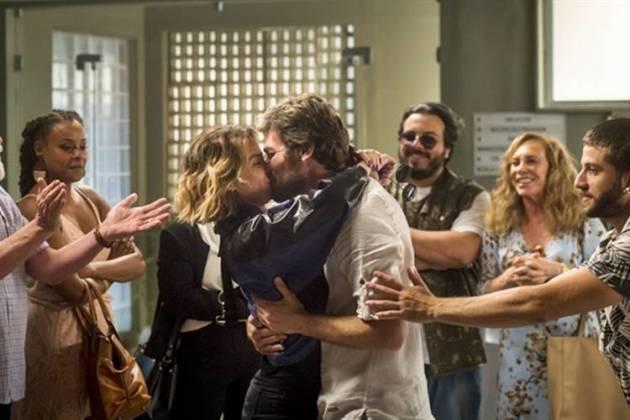 Segundo Sol - Beto e Luzia se beijam (Globo/João Cotta)