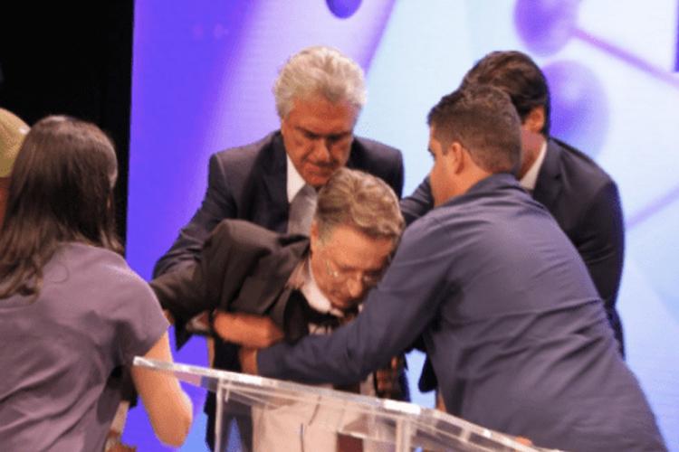 Apresentador desmaia ao vivo em meio a debate e candidato o socorre – Assista!