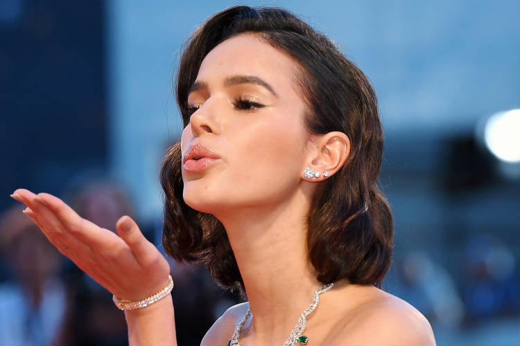 Seguidora critica pernas de Bruna Marquezine e atriz responde – Veja!