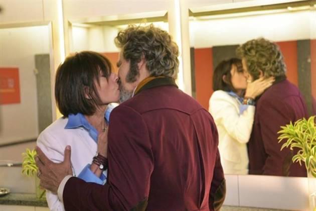 O Tempo Não Para - Dom Sabino e Carmen se beijam (Globo/Estevam Avellar)