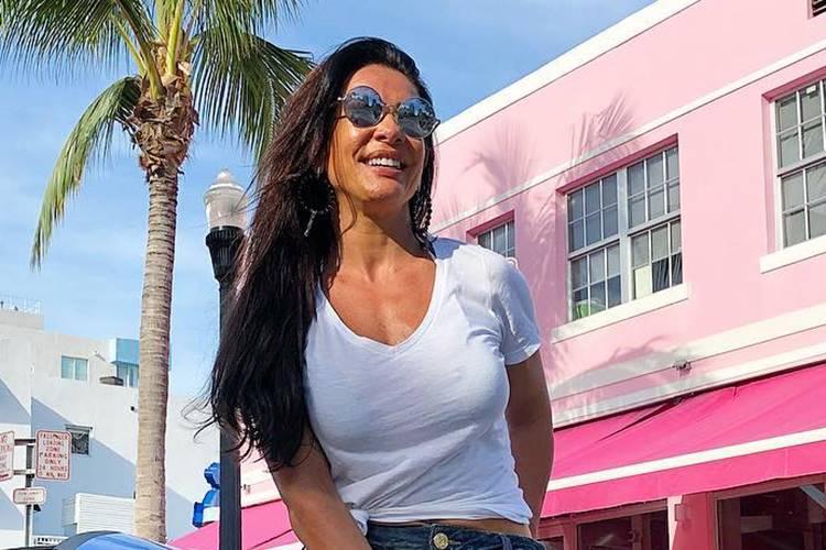 Scheila Carvalho comemora 45 anos e exibe curvas