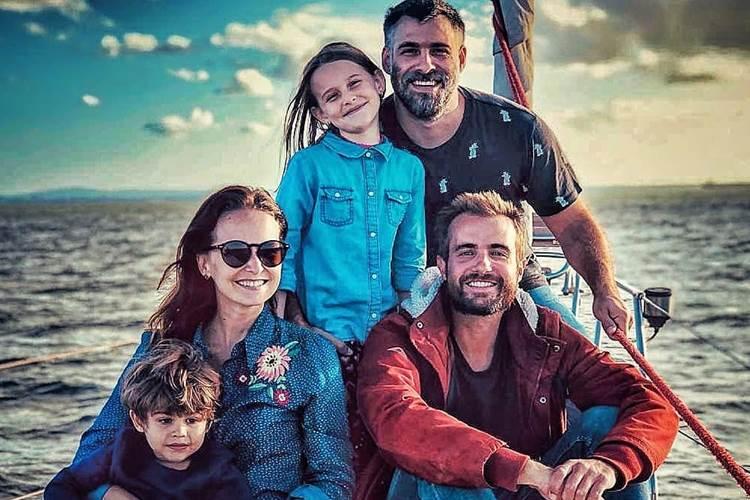 Fernanda Rodrigues e família passeiam de veleiro com Max Fercondini