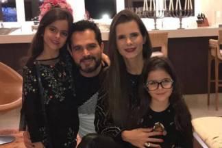Luciano e Flávia Camargo, com as filhas Isabella e Helena/Instagram