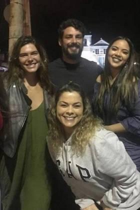 Mariana e Cauã ao lado de fãs - Reprodução/Instagram