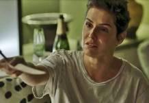 Segundo Sol - Karola assina cheque milionário para Valentim (Reprodução/TV Globo)