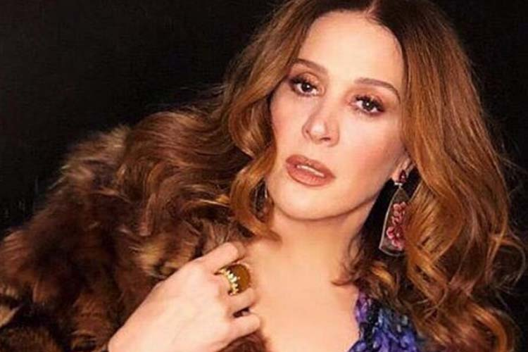 Claudia Raia chama atenção com vestido decotado e arranca palavrão de Fernanda Souza