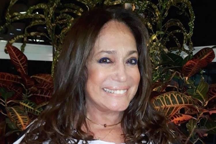 Susana Vieira posa com elenco infantil da primeira fase de 'Éramos Seis' e elogia
