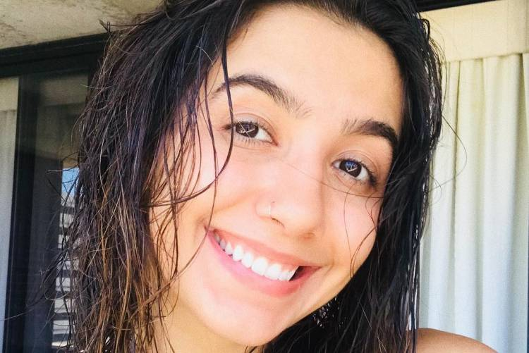 Em post raro, Ana Caetano, do duo Anavitória posa de biquíni
