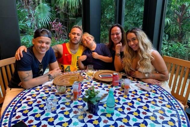 Neymar ao lado da família - Reprodução/Instagram