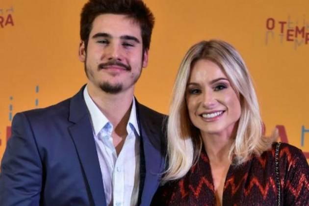 Nicolas Prattes ao lado da mãe - Divulgação/TV Globo/Cesar Alves