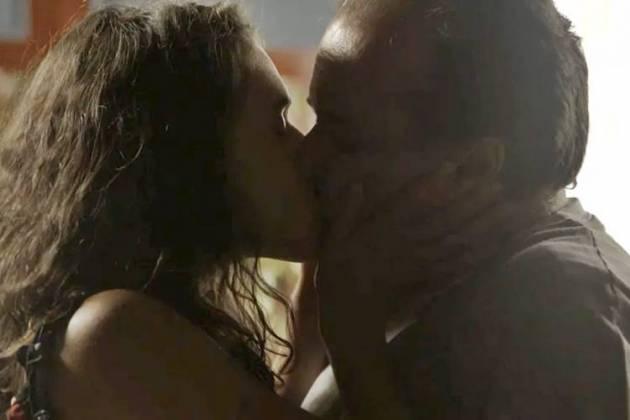 O Sétimo Guardião - Lourdes Maria beija Olavo (Reprodução/TV Globo)