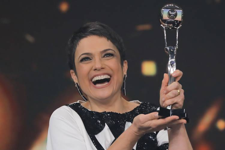 Sandra Annenberg festeja prêmio com equipe do 'Jornal Hoje'