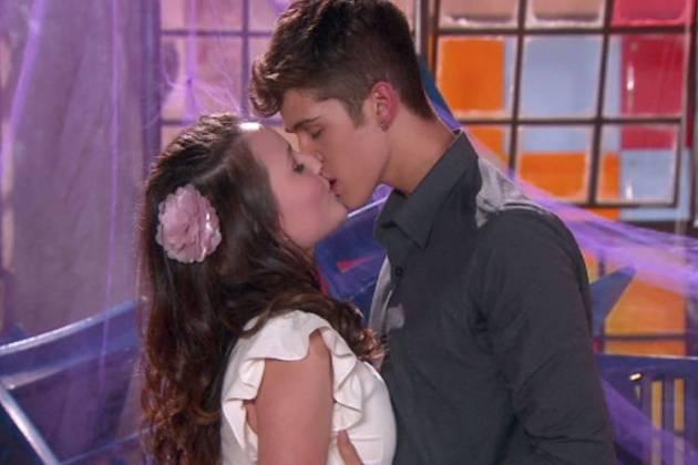 As Aventuras de Poliana - Mirela e Luca Tuber se beijam pela primeira vez (Lourival Ribeiro/ Gabriel Cardoso - SBT)