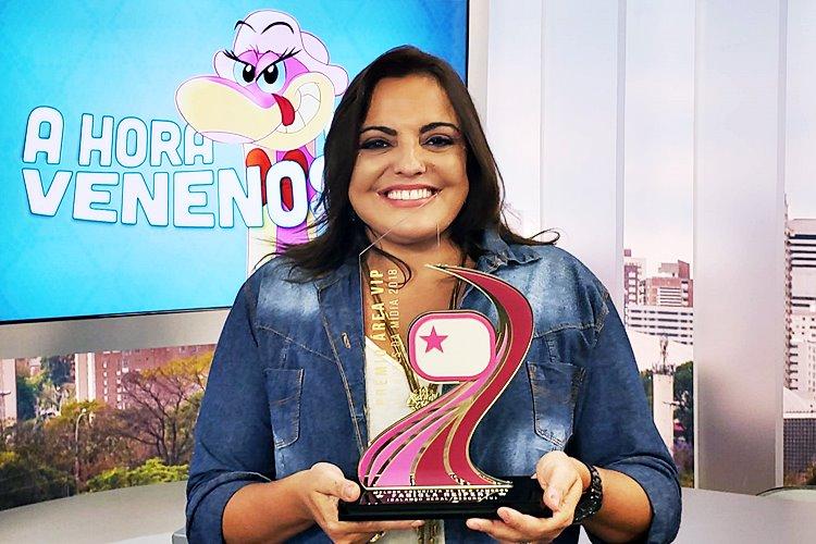 Fabíola Reipert recebe troféu Prêmio Área VIP e agradece