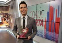 Luiz Bacci com o Prêmio Área VIP/Foto: Equipe Área VIP